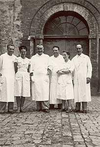 Ida Bianco ed Ezio Silvestroni con il personale medico dell'Istituto Provinciale per l'Infanzia di Ferrara